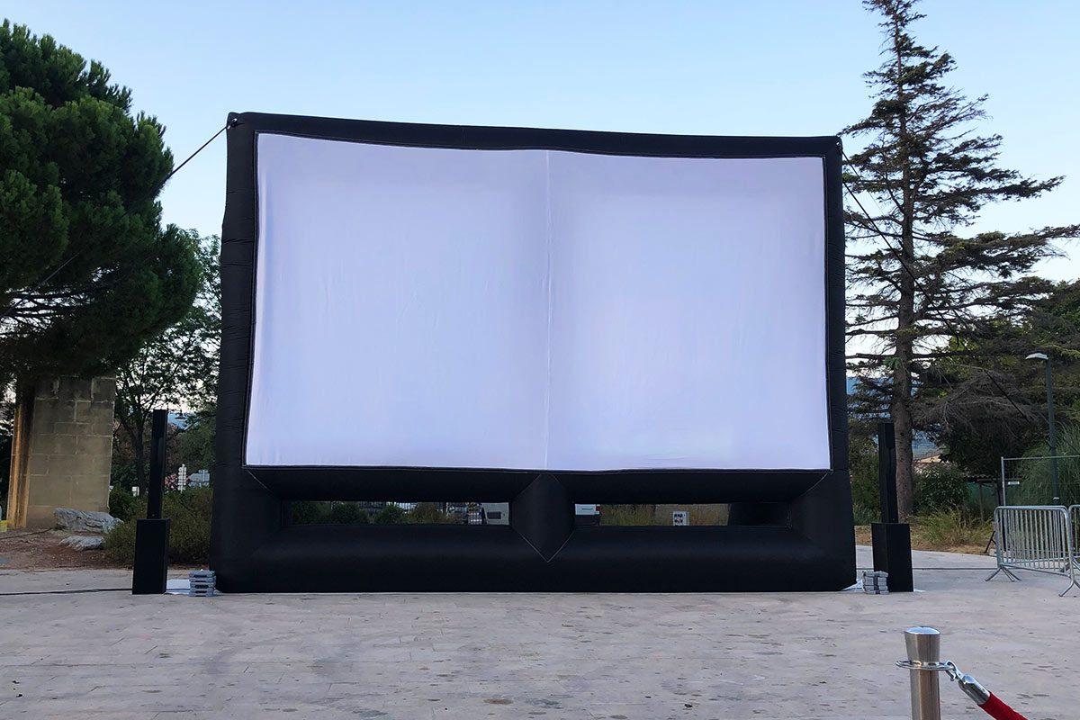 Projection de film en vidéo sur écran géant gonflable
