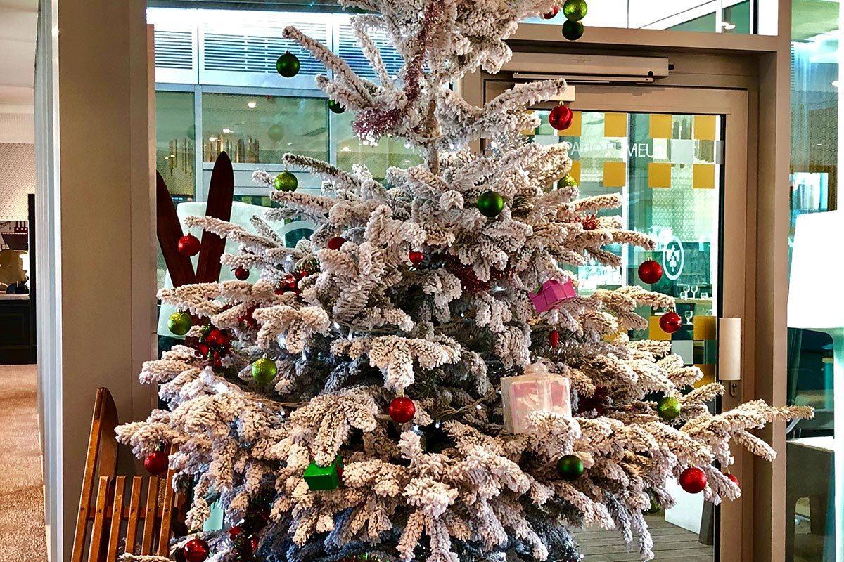Mise en place d'un arbre de noel pour les enfants
