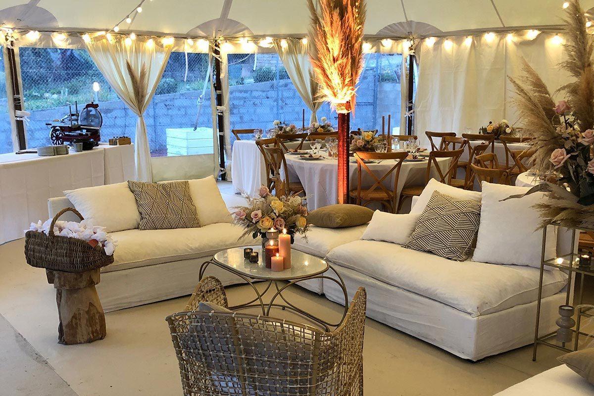 Mise en place de mobilier pour un mariage et du matériel d'art de la table