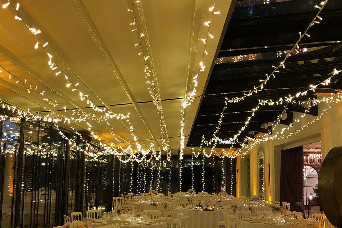 Mise en place de plafond lumineux pour éclairage de repas mariage